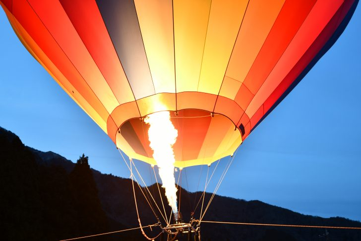 日が暮れる直前に熱気球の運行開始