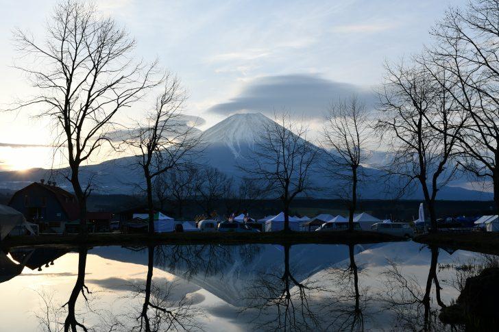ふもとっぱらの池に反射する逆さ富士