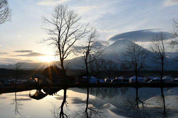 日の出を迎えるふもとっぱらと逆さ富士