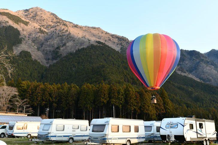ふもとっぱらで早朝に上がる熱気球