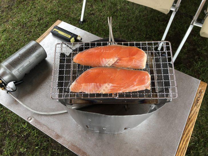 MUKAストーブとマルチロースターで鮭を焼く