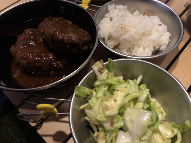 煮込みハンバーグとライスとキャベツサラダ