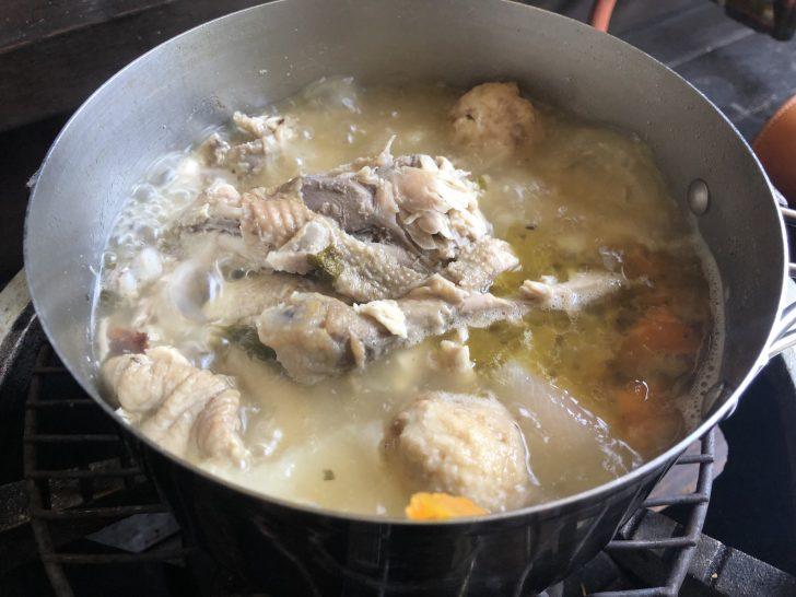 まるまる丸鶏の残りを2時間煮込んでチキンスープ作り