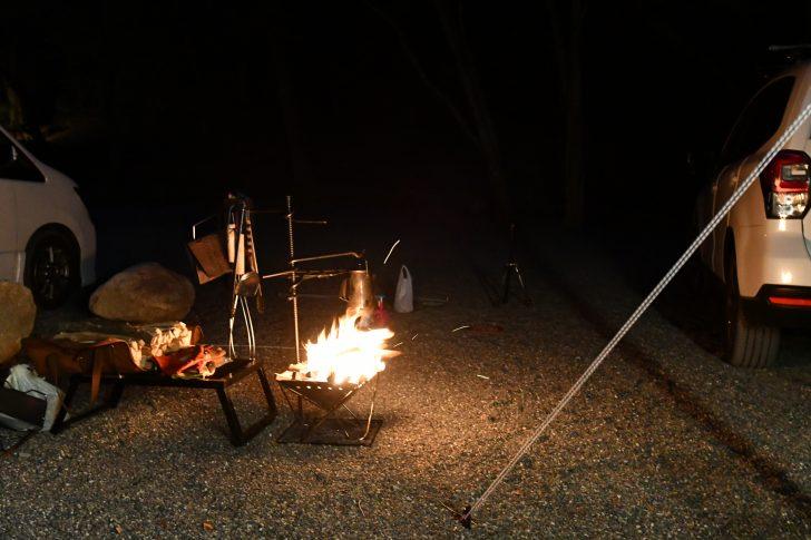 ポリコットンタープの近くで焚き火を楽しむ