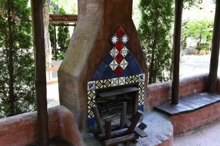 オートキャンプサイト暖炉に設置されているオシャレな暖炉