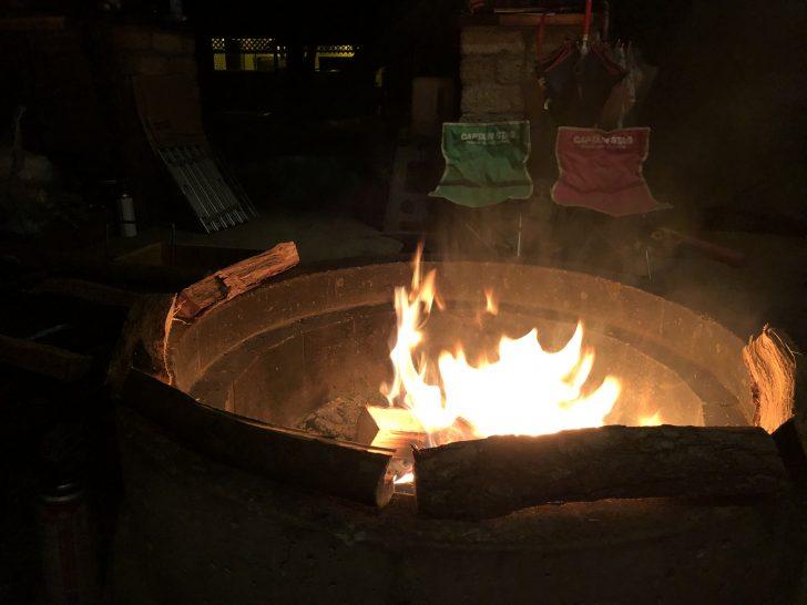 オートキャンプサイト語らいの焚火リングを囲む
