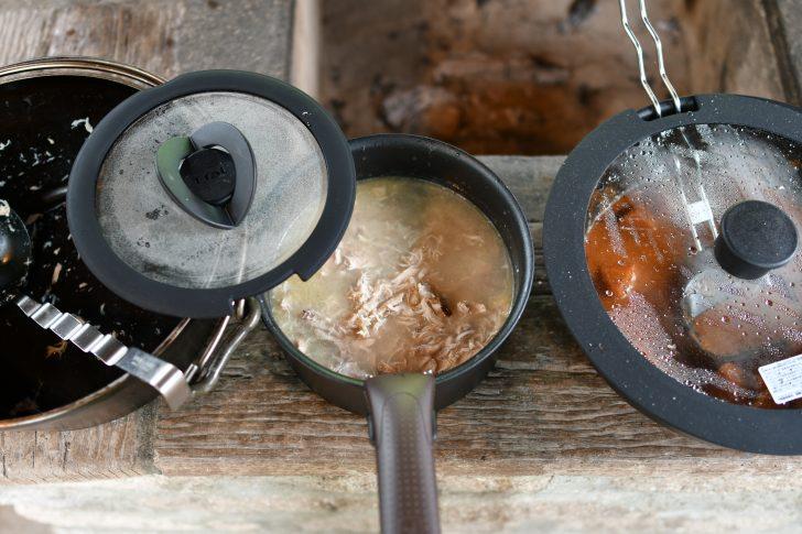 焚き火で調理できるダッチオーブンと洗いやすいティファールを併用