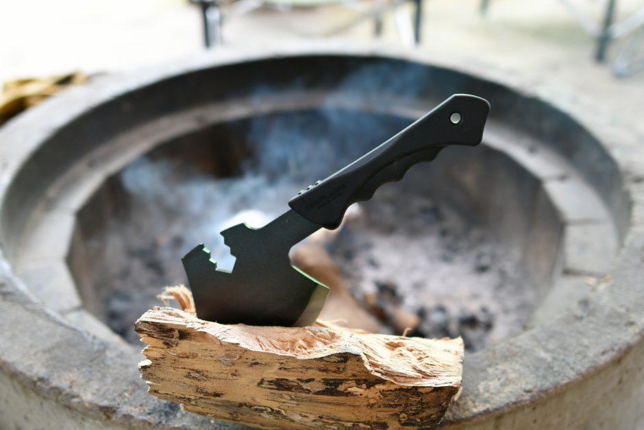ユニフレームの燕三条乃斧で薪割り体験