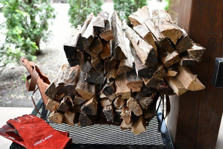 木の木で買ってきた薪を4束積み重ねる