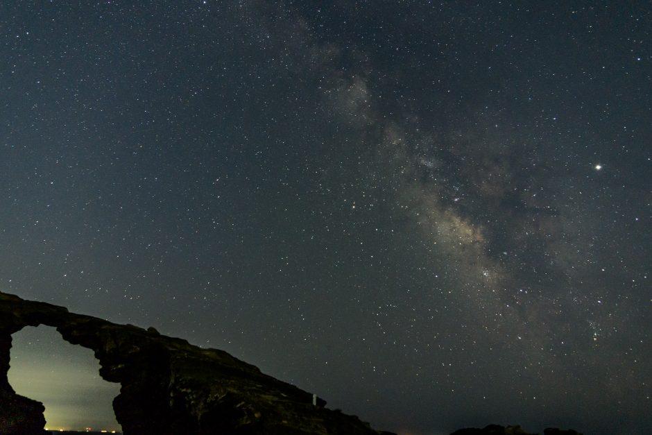 三浦半島城ヶ島の馬の背洞門と夏の天の川