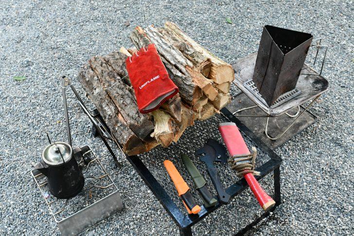 ひまわり市場の薪が太いため着火用の細薪作り