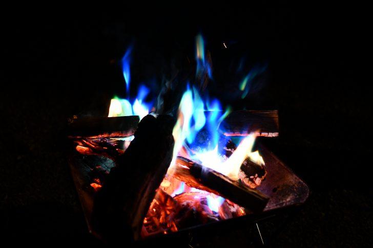 焚き火にカラーフレイムを投入し炎色反応を楽しむ