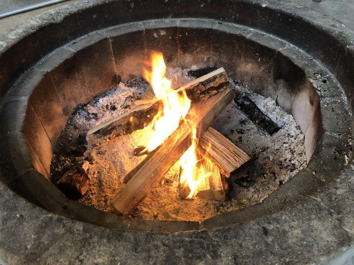 語らいサイトの焚き火リングで火を眺める