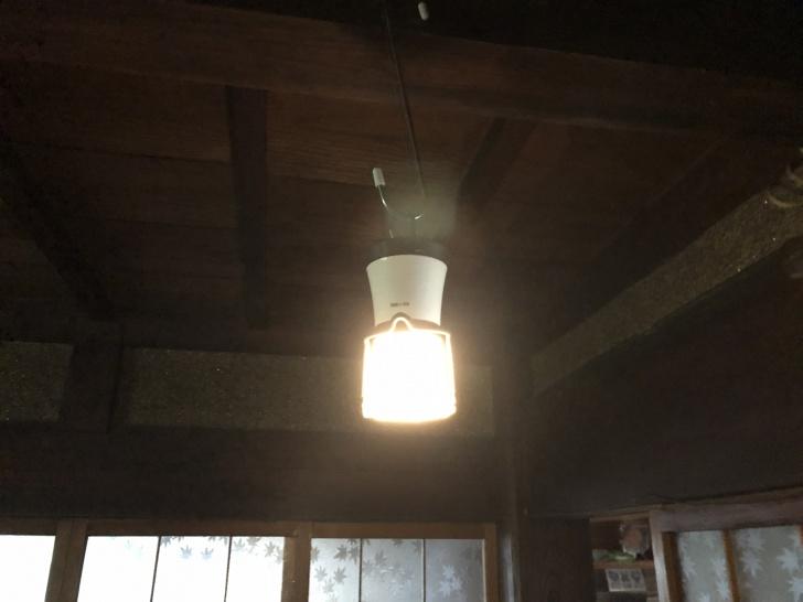被災した実家の天井から吊り下げたLEDランタン