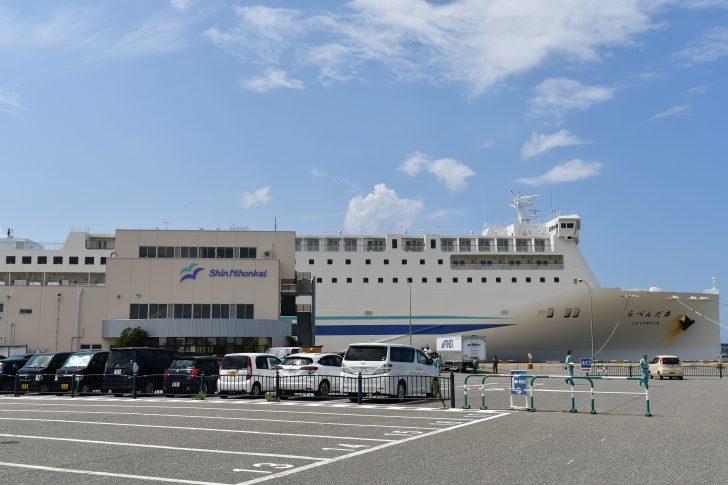 新潟港に停泊する新日本海フェリー「らべんだあ」