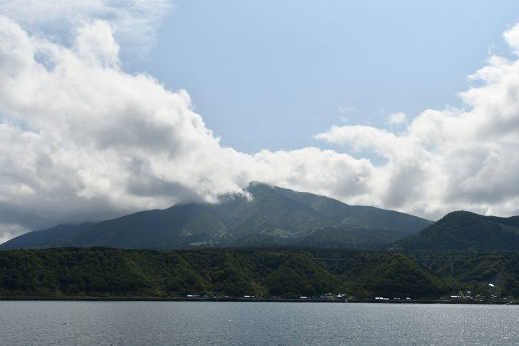 ハートランドフェリーから眺める雲隠れした利尻山