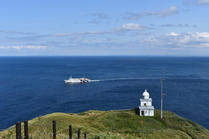 利尻島のペシ岬から見下ろすフェリーと灯台