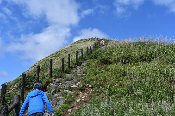 利尻島の鴛泊港近くにあるペシ岬に登る