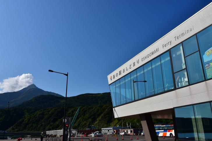 利尻島の鴛泊港フェリーターミナルと利尻富士