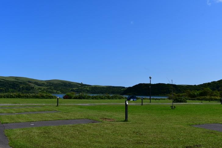 美しい芝生と青い空が映える久種湖畔キャンプ場