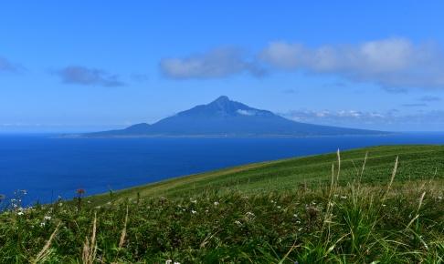 礼文島の桃岩トレッキングコースから見える利尻富士