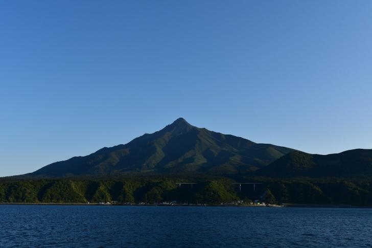 利尻島の鴛泊港近くから見上げる利尻富士