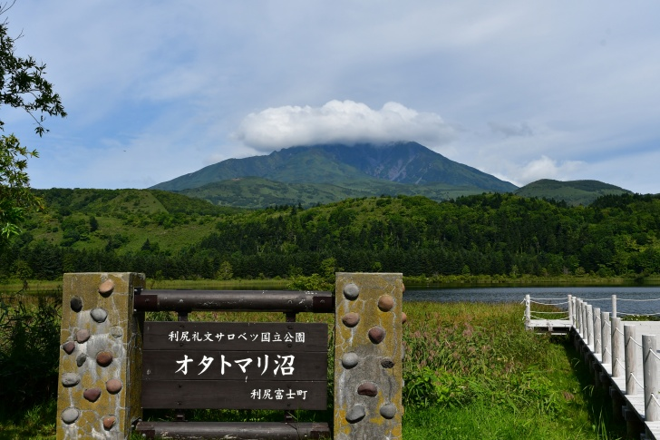 利尻島のオタトマリ沼から眺める利尻富士