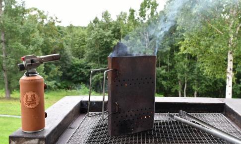 道立サンピラーパーク森の休暇村で炭を熾す