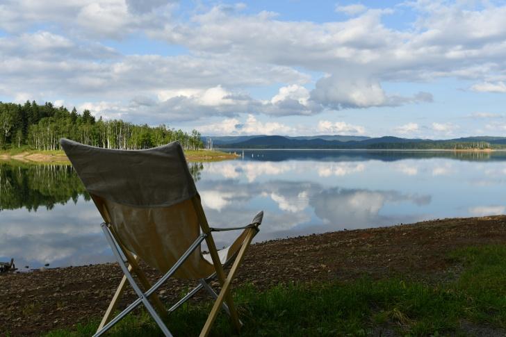 鏡面反射が美しい朱鞠内湖畔キャンプ場