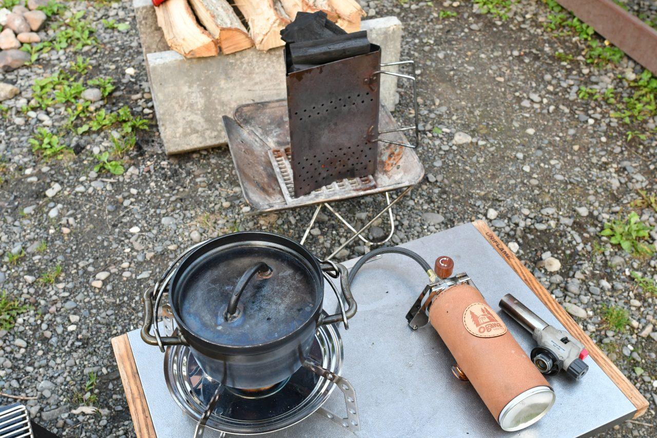 チャコスタで炭を熾しダッチオーブンで炊飯
