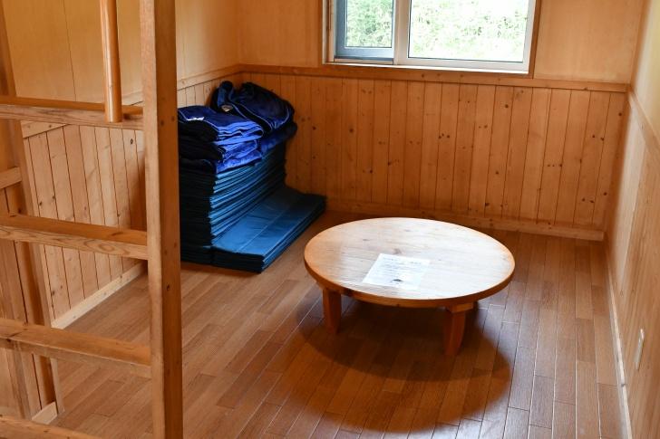 朱鞠内湖畔キャンプ場のログキャビン室内