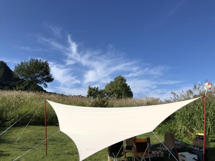 無印津南でテント設営前にタープを設営完了