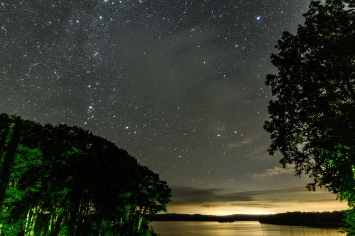 朱鞠内湖第2キャンプ場近くの湖畔から東向きの夜空