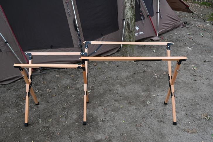 ウッドキッチンテーブルの脚を組み立てる