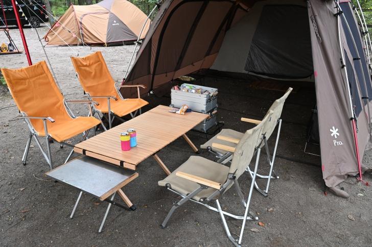 テントとタープを連結しテーブルを配置