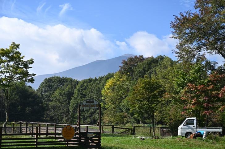林間サイトの隣の広場から眺める浅間山