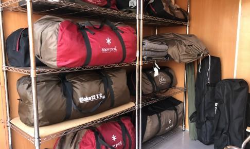トランクルームを借りてキャンプ道具をラックに整理