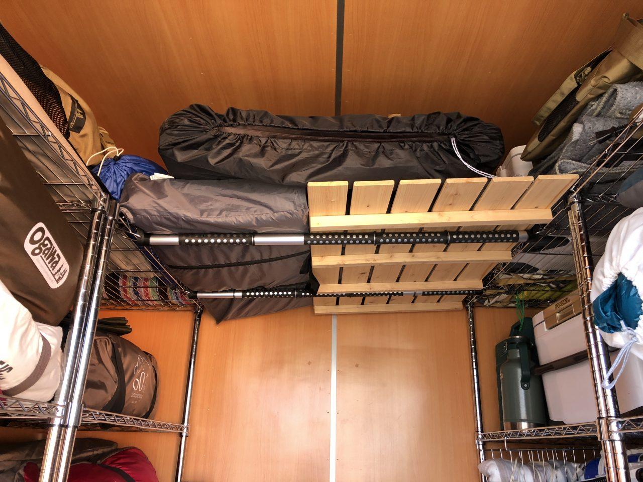 トランクルームの天井収納はインテリアバーを活用