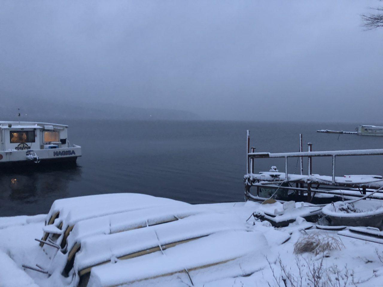 雪の降り積もる山中湖でドーム船に乗る