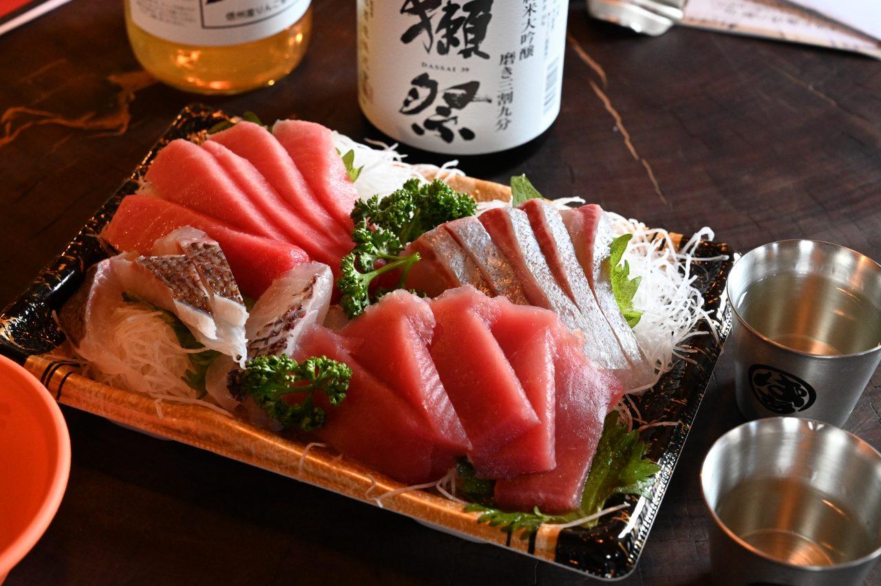 薪ストーブにあたりながら日本酒を飲みつつお刺身をいただく