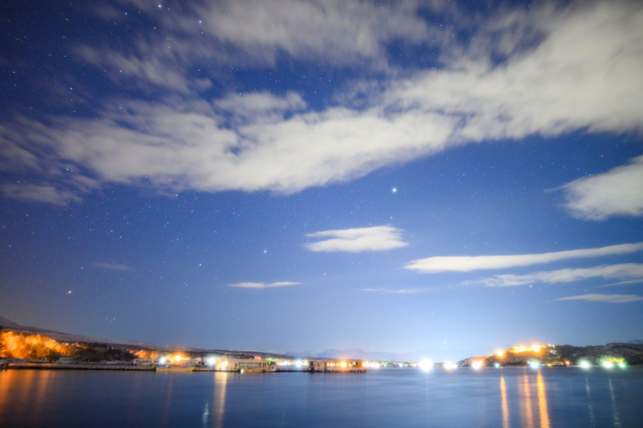 山中湖の湖畔から撮影すると明るさがキツイ
