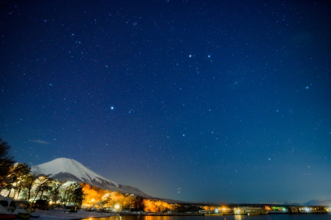 冬の山中湖の湖畔で富士山と星空観察