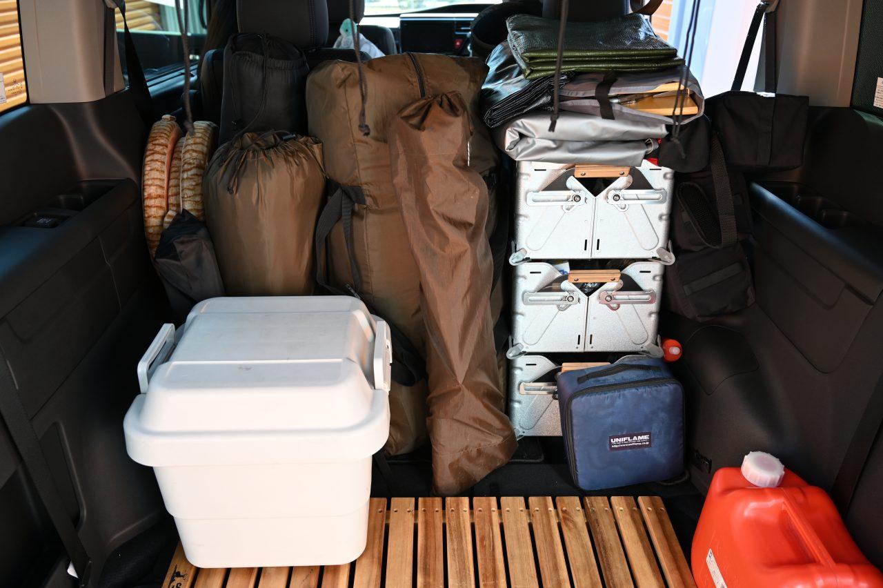 ミニバンにキャンプ道具を積み込んで出発