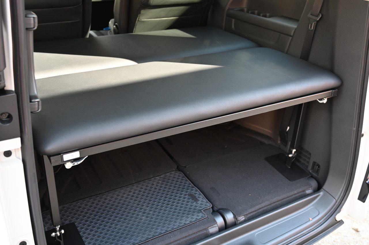 ステップワゴンにベッドキットを取り付け