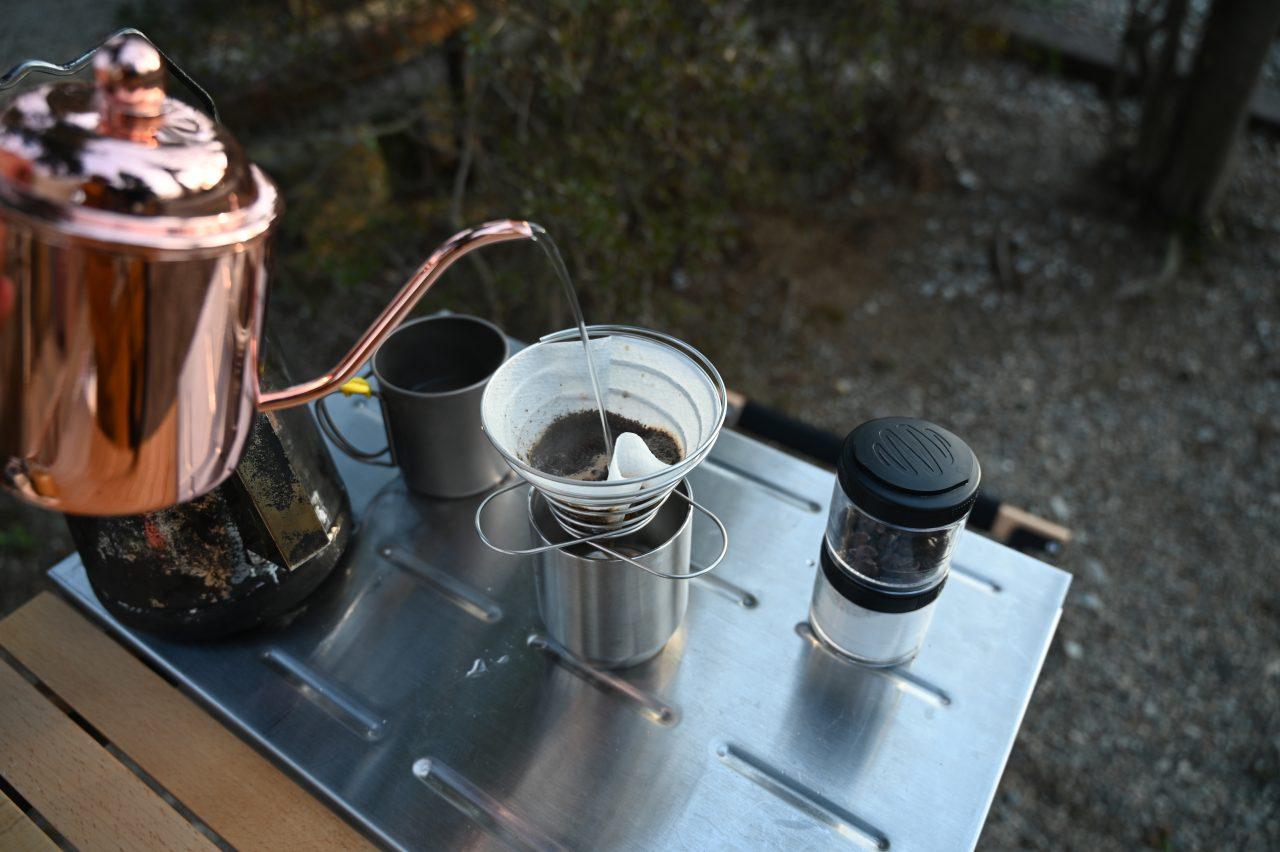 キッチンテーブルとステンレス天板でコーヒーを淹れる