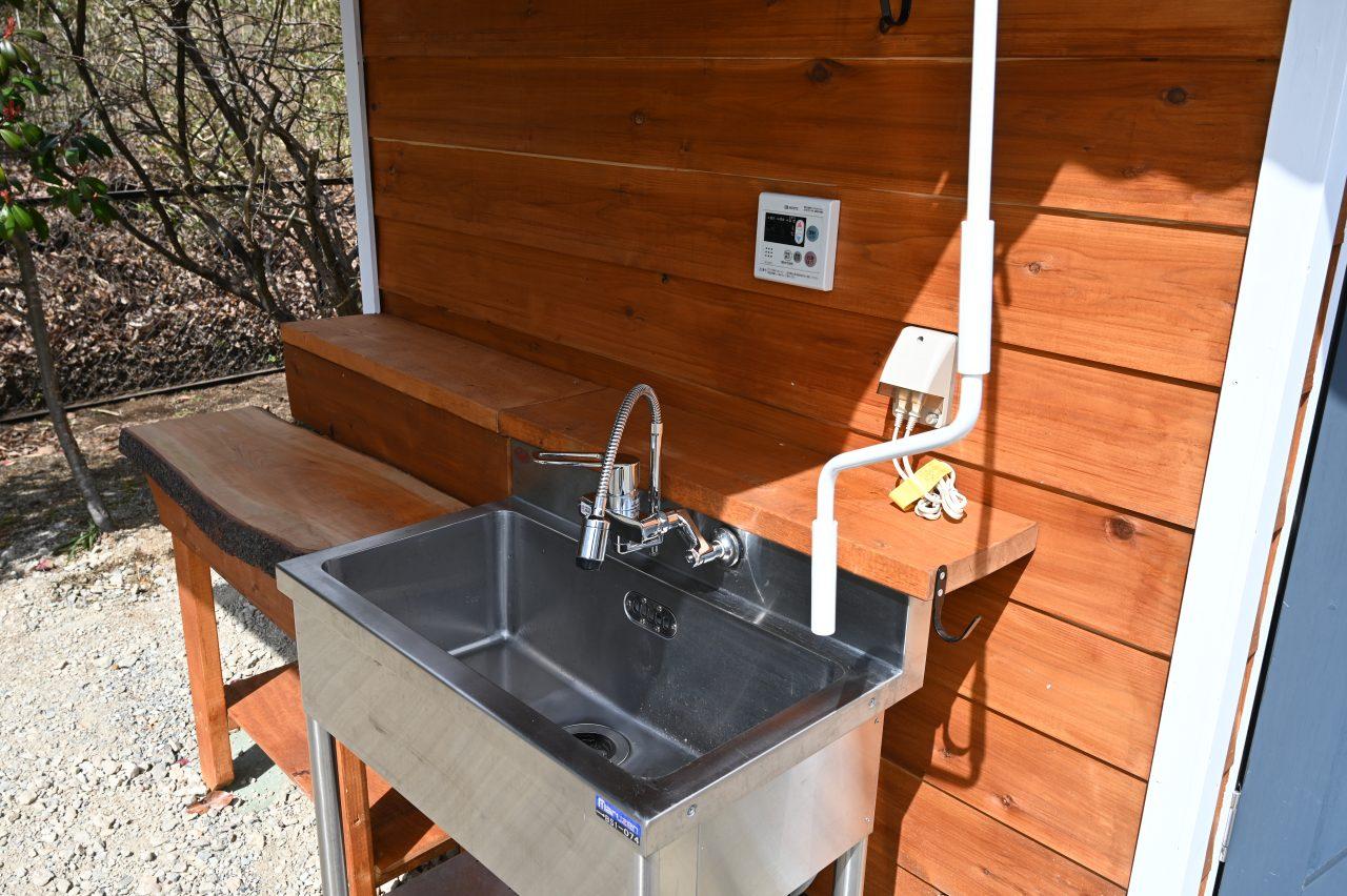 プレミアムオートキャンプサイトは温水の出るシンク付き