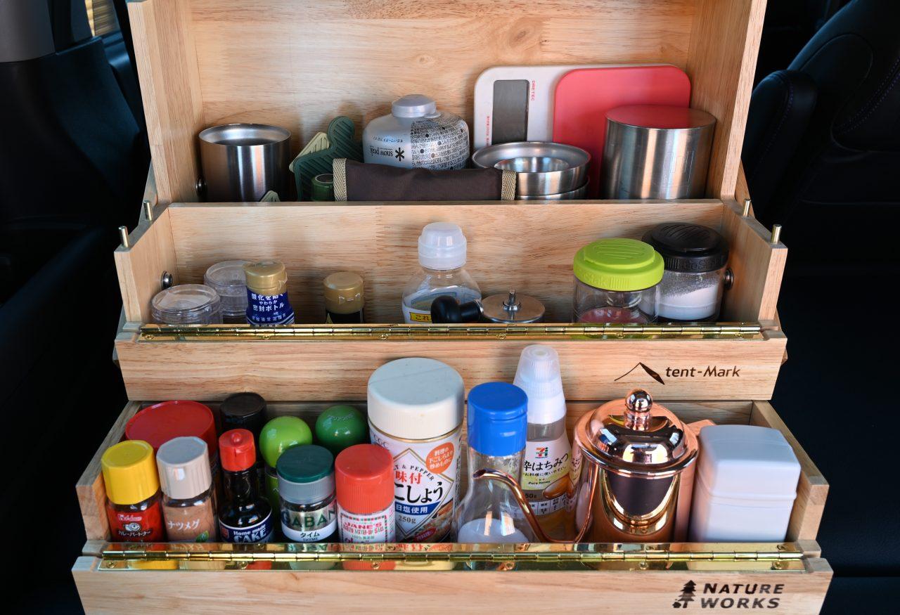 オカモチに入れている調味料やコーヒーセット
