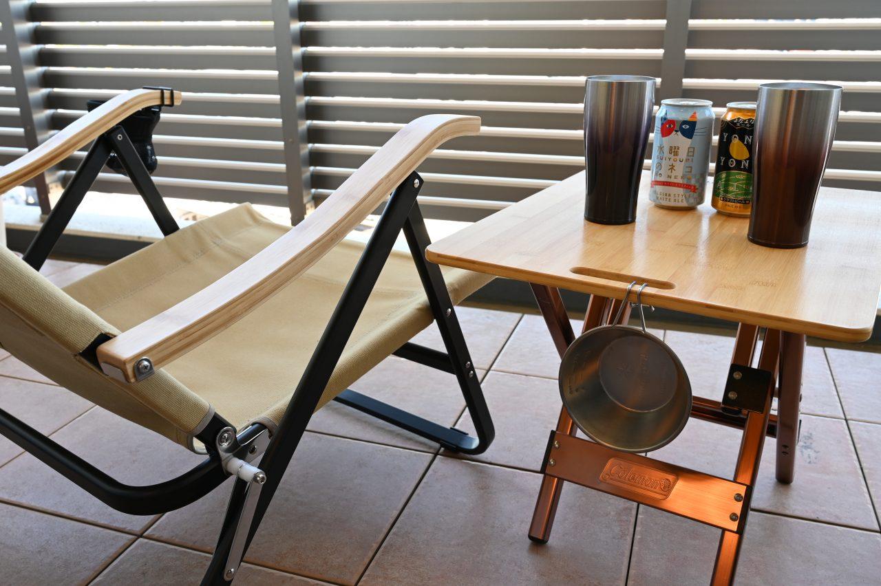 ベランダにテーブルと椅子を置いてリラックスタイム