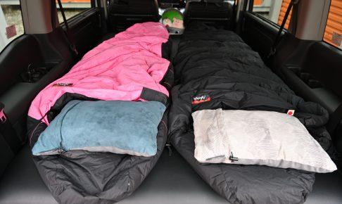 ベッドキットを組み立てて大人用シュラフを2つ並べる