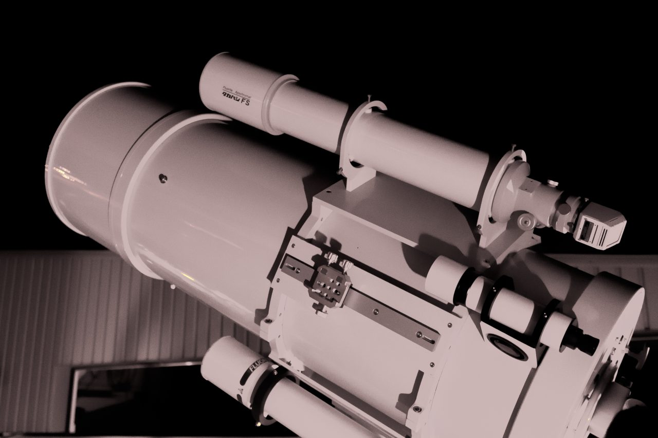 きたすばるの屋上に設置された天体望遠鏡で星空観察